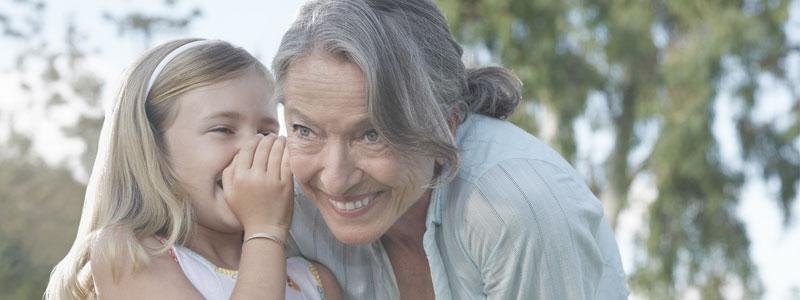 Großeltern und Enkel können sich auch mit Schwerhörigkeit bestens unterhalten