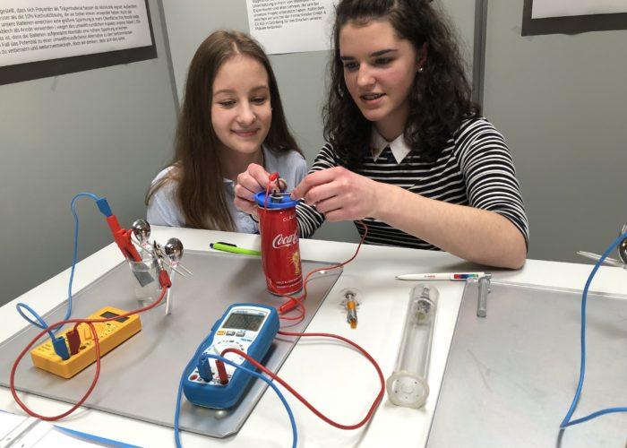 Forscherinnen von Morgen: Rebecca und Lea vor ihrer Installation.