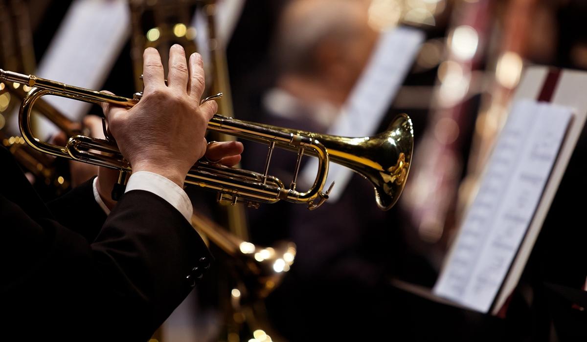 Mit Pauken und Trompeten