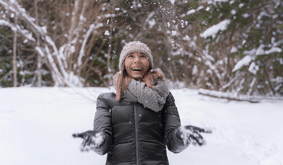 gefahren für ohren im winter frau im schnee